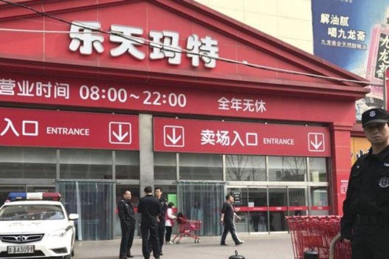 3月17日,警方駐守在北京的樂天超市外。中國政府表示並沒有鼓吹任何針對樂天的抵制或暴力行為。(BBC中文網)