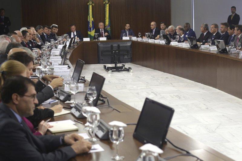 巴西打貪爆出臭肉門事件,總統特梅爾與農業部官員向各國大使解釋情形(AP)