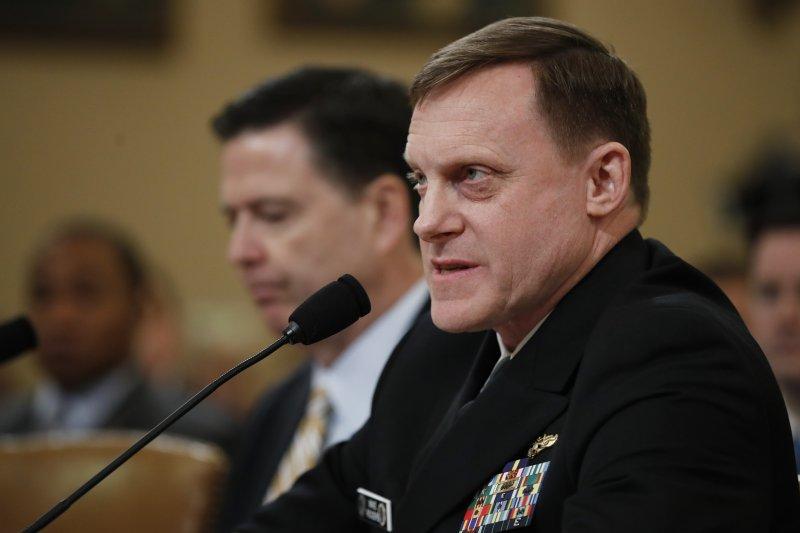 美國國家安全局長羅傑斯(Mike Rogers,右)與聯邦調查局長柯密(James Comey) 20日出席聯邦眾議院情報委員會聽證會(AP)