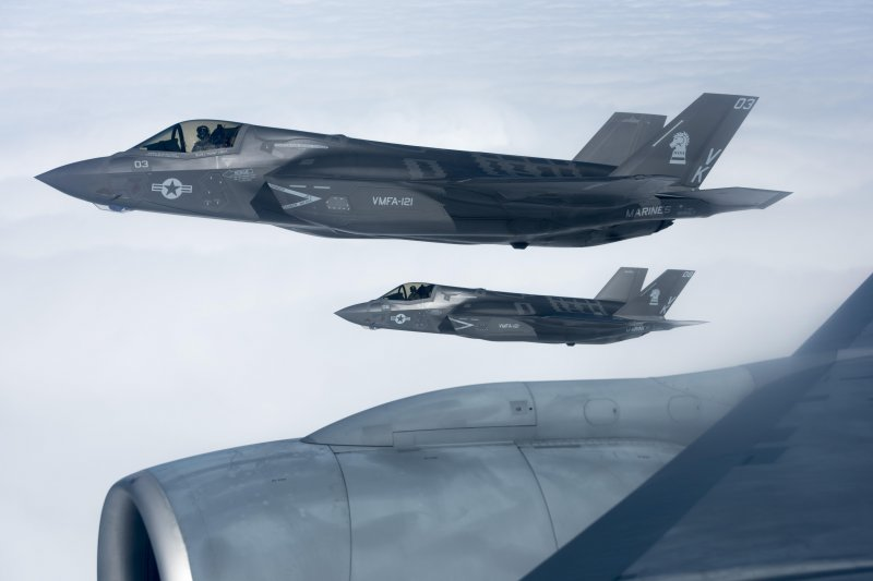 美軍F-35B戰機與KC-135加油機14日在太平洋上空一同飛行。(美國太平洋司令部Flickr)