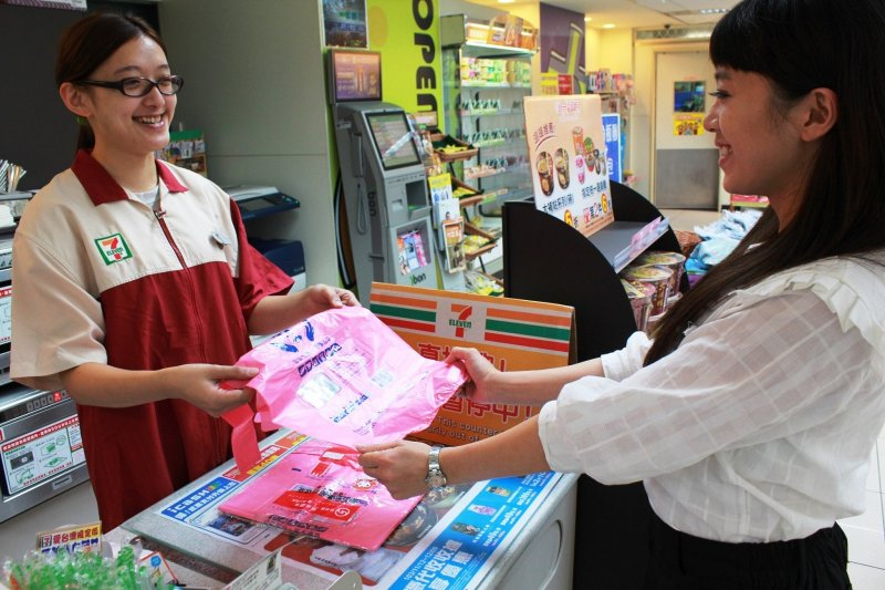 購物忘記帶環保袋可向超商購買雙袋合一的環保萬用袋。(圖/新北市環保局提供)