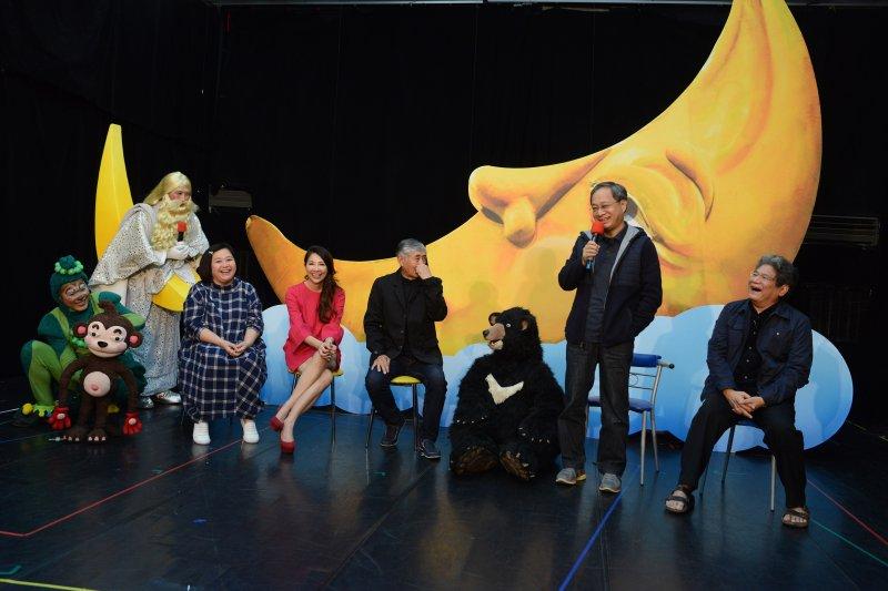 今年紙風車劇團將2012年巡迴各地、演出36場的《新月傳奇》重新搬上舞台,故事結合台灣黑熊保育、家庭親情等內容,首演即創下當年國內外兒童劇演出場次最多的紀錄,更獲得許多名人和家長一致好評。(圖取自紙風車劇團)