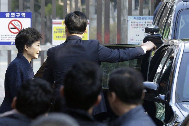 南韓前總統朴槿惠21日上午準備前往檢察廳應訊。(美聯社)