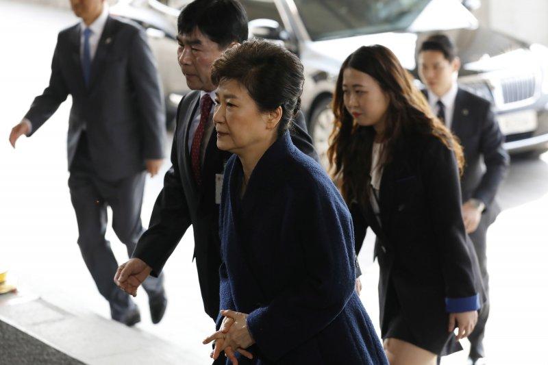 南韓前總統朴槿惠21日前往檢察廳應訊。(美聯社)