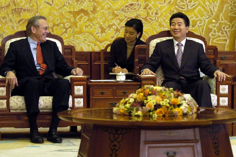 南韓前總統盧武鉉(右)(維基百科 / 公共領域)