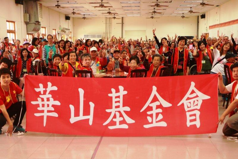 華山基金會帶領226位獨居老人趣郊遊, 回憶甘蔗甜蜜世紀。(圖/華山基金會提供)