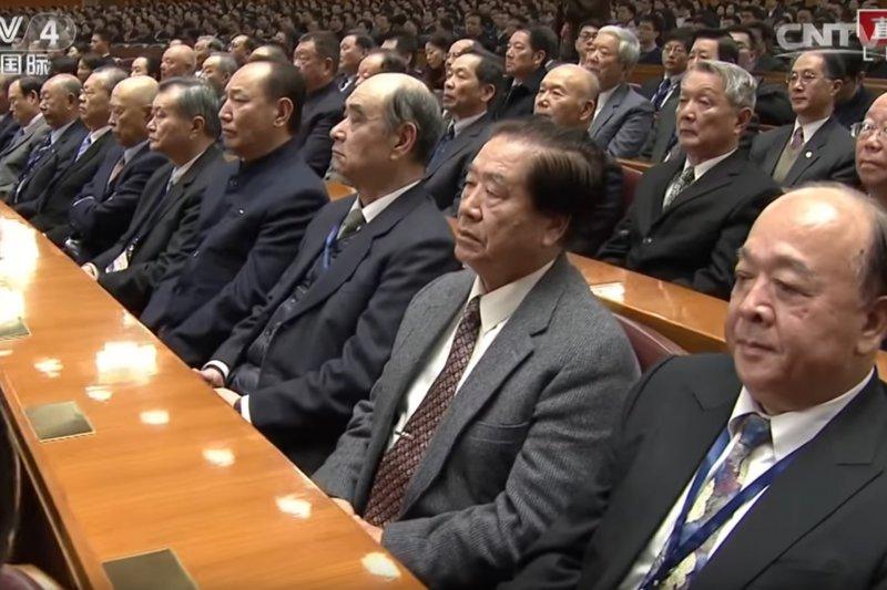 30餘名國軍退將去年11月赴中國參與北京人民大會堂舉辦的「紀念孫中山先生誕辰150周年」活動,引發國內批判聲浪。(取自CCTV Youtube頻道)
