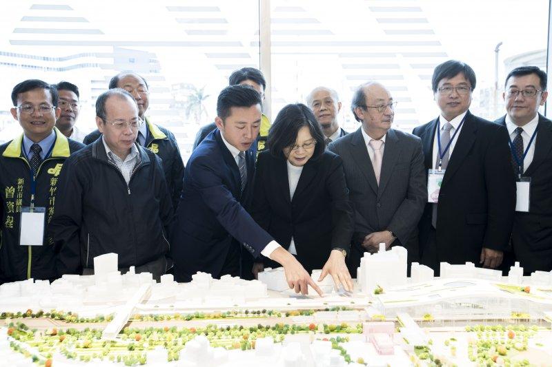 總統蔡英文6日造訪新竹市,視察已被行政院前瞻基礎建設納入的大車站計畫及新竹輕軌計畫規劃,市長林智堅全程陪同、親自解說。(新竹市政府提供)