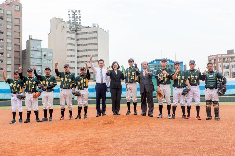 蔡英文6前往新竹視察新竹市棒球場整建工程,並為成德高中棒球隊球員們加油。(新竹市政府提供)