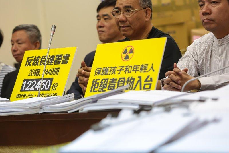 20170406-國民黨立院黨團6日召開「好膽你開放,勇敢台灣人衝呀!」記者會,並擺上「反核食連署書122450份」等的標語。(顏麟宇攝)