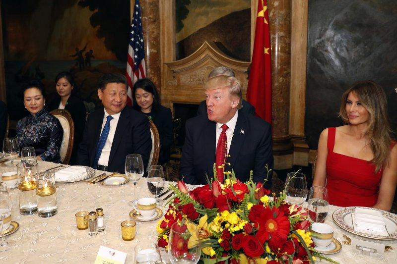 美國總統川普與中國國家主席習近平(左)在佛羅里達的海湖莊園俱樂部首度會面(AP)