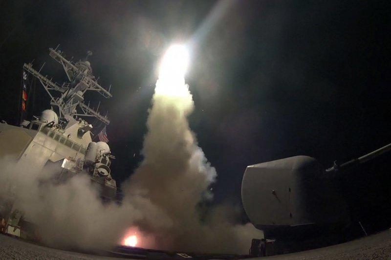 美國海軍驅逐艦6日對敘利亞空軍基地發射戰斧巡弋飛彈(AP)