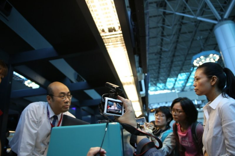 2017-04-10-李净瑜赴北京不成-於機場召開記者會-石秀娟攝