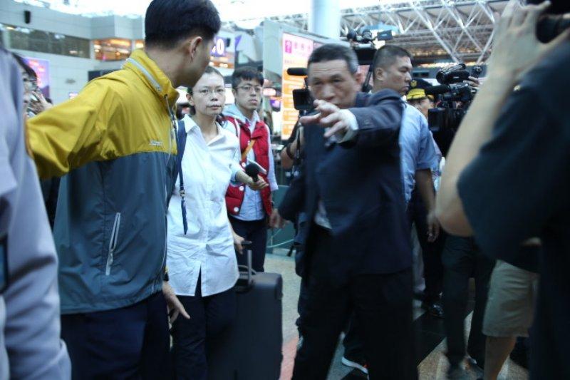 2017-04-10-李净瑜赴北京不成-於機場召開記者會06-黯然拖行李離開機場-石秀娟攝