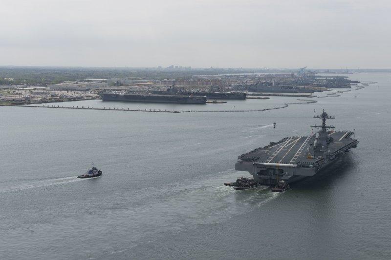 美�福特�航母福特�在2017年4月14日完成首次海�,返回�Z福克�港。港中停放的��中,�可以看到艾森豪�(CVN-69)�c�A盛�D�(CVN-73)�伤夷崦灼��航母。(美�社)
