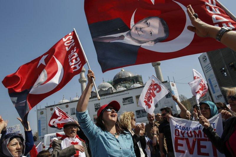 土耳其修憲公投16日登場,總統艾爾多安(Recep Tayyip Erdoğan)力推「廢議會制、改總統制」,民間支持與反對聲浪不相上下(AP)
