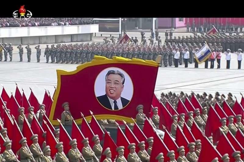 北韓慶祝創建者金日成105歲冥誕「太陽節」,最高領導人金正恩在首都平壤主持閱兵大典,朝鮮人民軍接受校閱(AP)