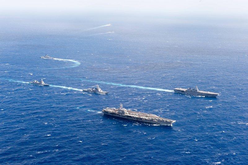 雷根號核動力航空母艦與日本自衛隊的出雲號直升機護衛艦。(美國海軍官網)