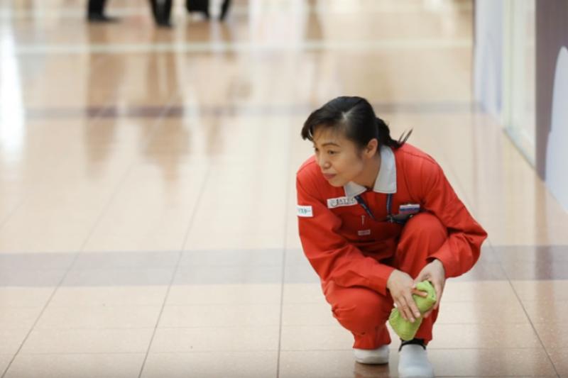 在有著「羽田機場第一清潔婦」新津春子用心付出下,羽田機場連四年都榮登全球最乾淨機場!(圖/取自BookTV358@Youtube)