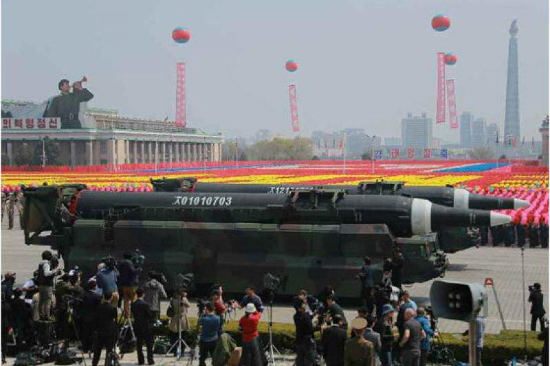 以美國現在對於北韓的態度而言,以及北韓的國際態度來說,要有一個成功的外交談判可能沒有那麼的容易。圖為北韓2017年太陽節大閱兵,展出多款飛彈。(資料照,勞動新聞)