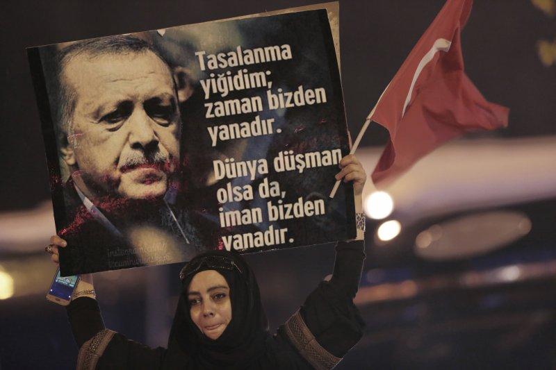 土耳其4月16日進行改變政體的修憲公投,總統艾爾多安的支持者高舉海報(AP)
