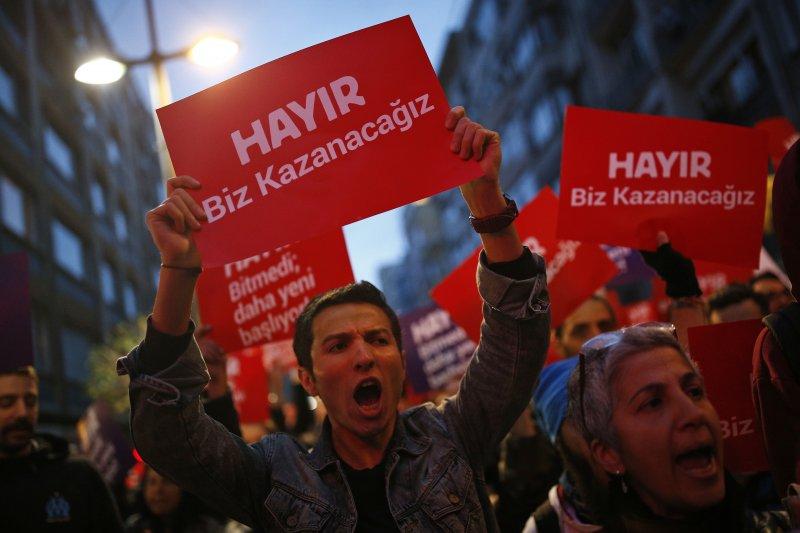 土耳其4月16日進行改變政體的修憲公投,「贊成」陣營獲勝,但「反對」陣營走上街頭抗議(AP)
