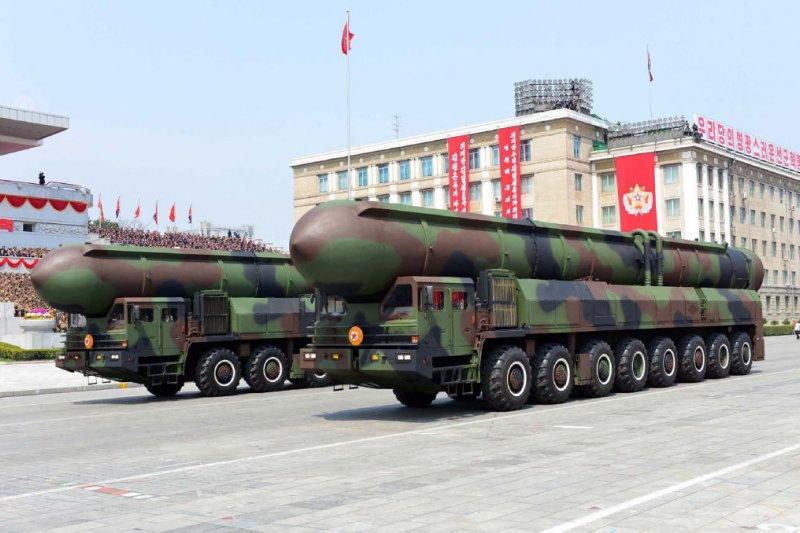 北韓在太陽節閱兵式展出的新型彈道飛彈,外型與俄製「白楊」洲際彈道飛彈高度相似。(朝中社)
