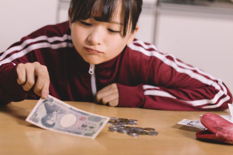 如果不靠「薪水」高低比高下,是不是人生就無需那麼悲觀看待?(圖/pakutaso)