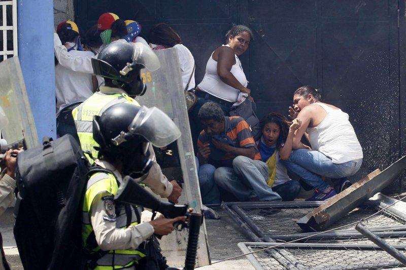 委內瑞拉民眾發起「示威之母」抗議行動,結果爆發流血衝突至少3死(AP)
