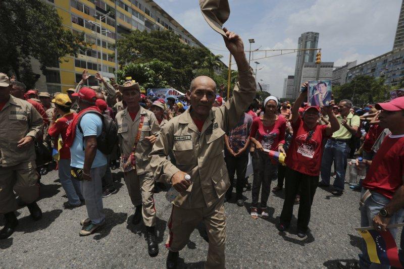 委內瑞拉民眾發起「示威之母」抗議行動,馬杜洛的支持者也發起遊行(AP)