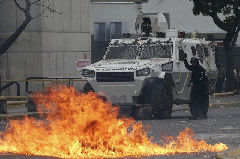 委內瑞拉民眾發起「示威之母」抗議行動,馬杜洛下令出動國民兵鎮壓(AP)