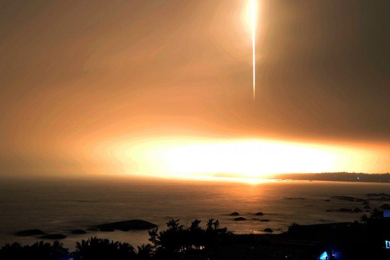 搭載天舟一號貨運太空船的長征七號遙二運載火箭4月20日在文昌航太發射場點火發射,約596秒後,太空船與火箭分離,進入預定軌道,發射取得成功。(新華社)