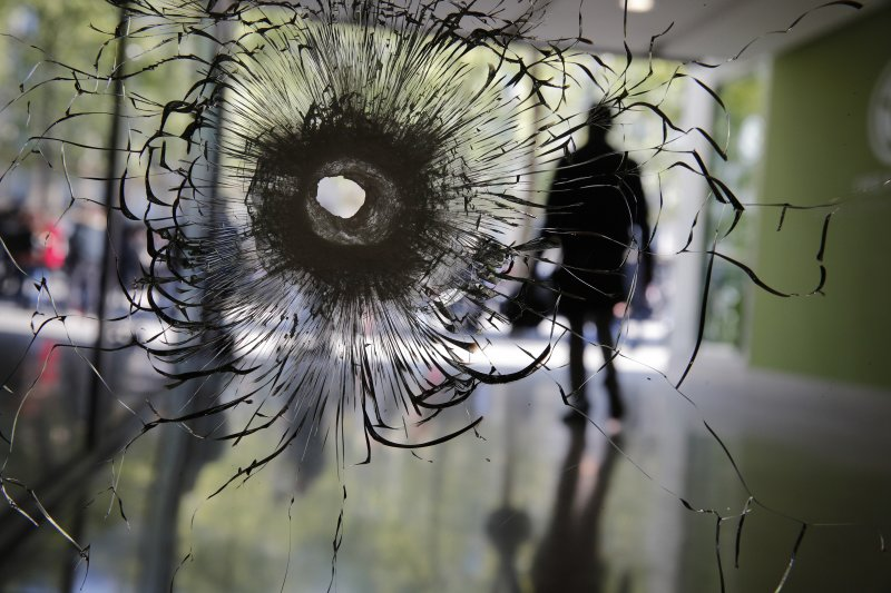 巴黎的香榭麗舍大道20日晚間發生2死3傷的恐攻,現場一處櫥窗留下驚心動魄的彈孔。(美聯社)