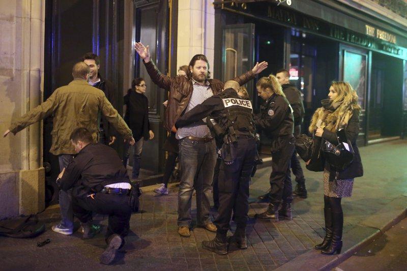 巴黎的香榭麗舍大道20日晚間發生恐攻後,警方正加強搜索。(美聯社)