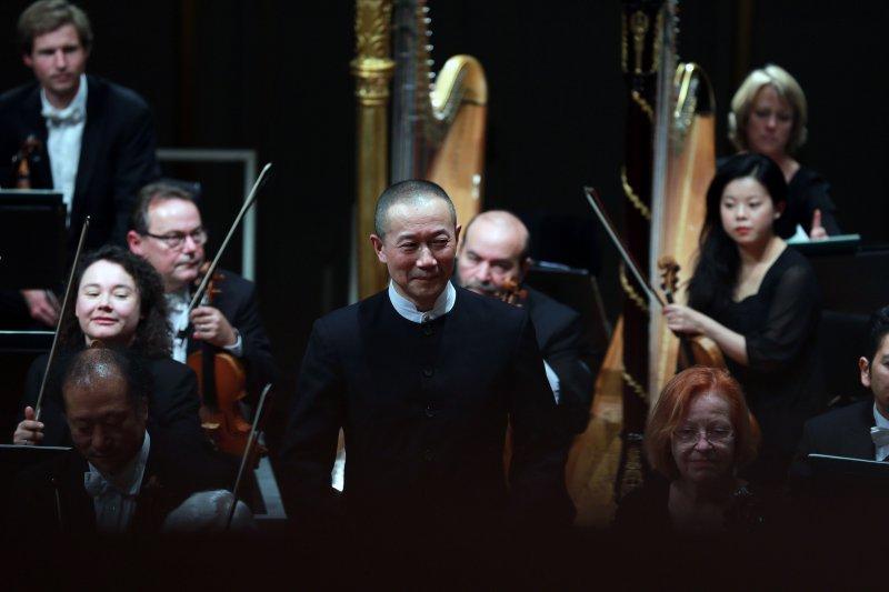 音樂家譚盾(中)去年10月12日在德國萊茵河畔路德維希港舉辦的音樂會上謝幕(新華社)