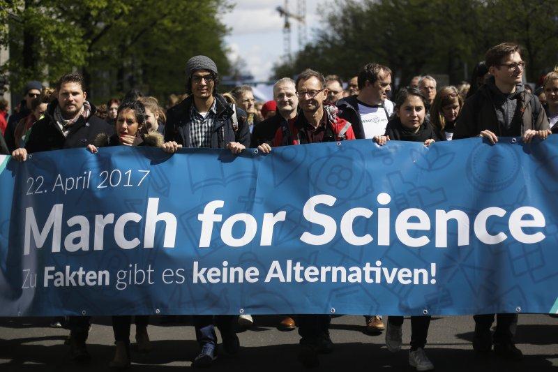 全球逾600城市響應「科學進軍」活動,圖為德國柏林遊行(AP)