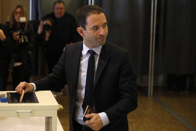 法國總統大選:左派政黨「社會黨」候選人阿蒙投票(AP)