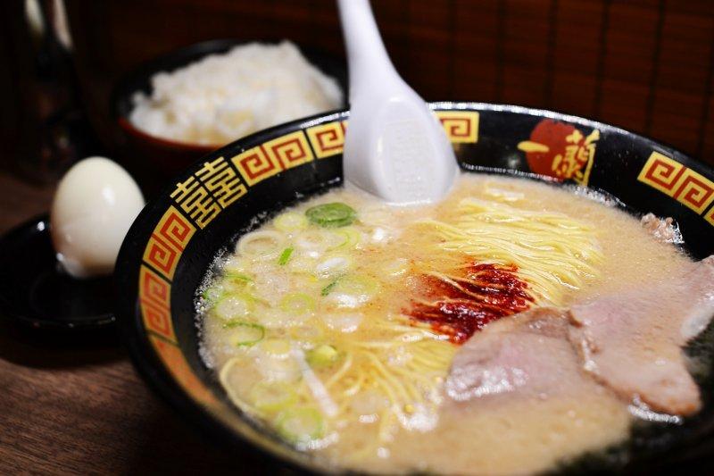 一蘭拉麵店內的設置,讓一個人的晚餐也能很自在。(圖/Fukuda Yasuo@flickr)
