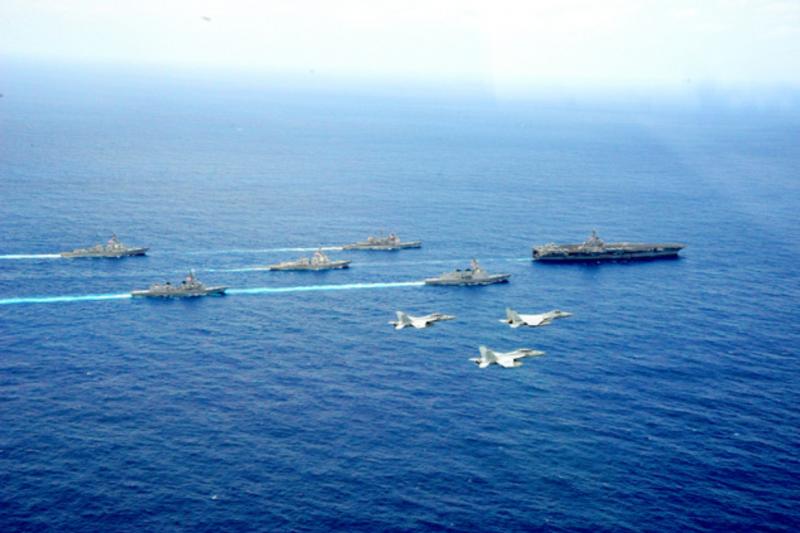 美日艦隊在沖繩外海共同演練。(航空自衛隊)