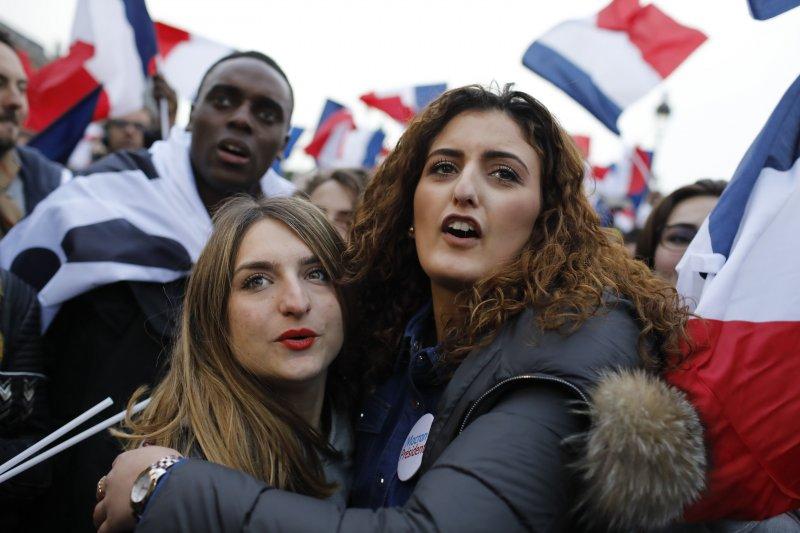 法國總統大選第二輪決選7日(台灣時間8日凌晨)揭曉,中間派候選人馬克宏的支持者滿懷期待(AP)