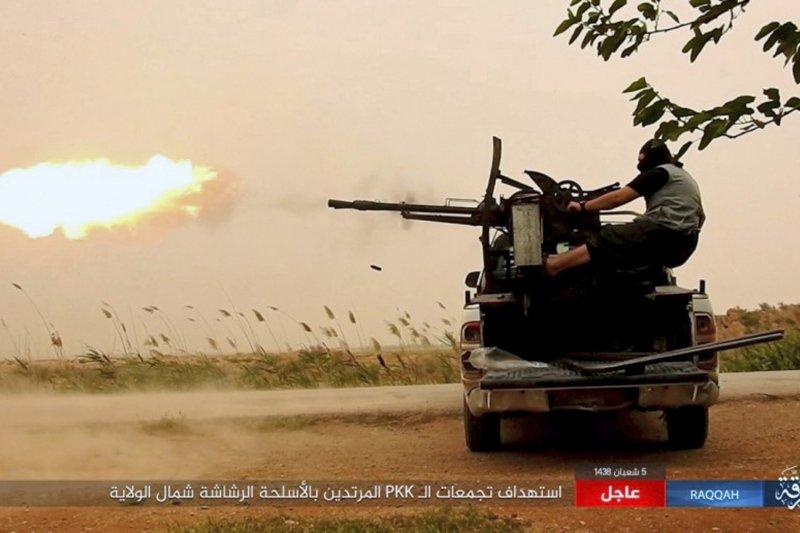 與敘利亞民主軍交戰的伊斯蘭國恐怖分子。(美聯社)