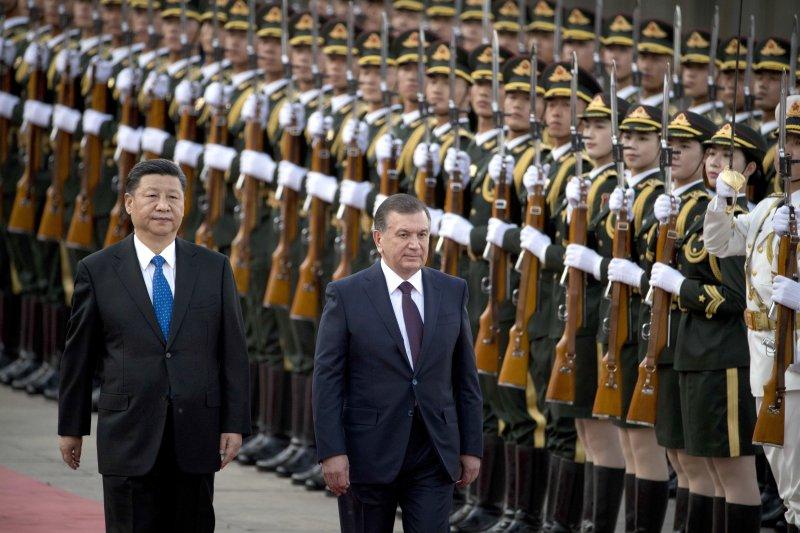 中國國家主席習近平歡迎烏茲別克斯坦總統米爾濟約耶夫飛抵北京,參加一帶一路峰會(AP)