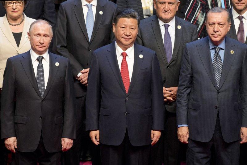 俄羅斯總統普京(左)、中國國家主席習近平(中)和土耳其總統艾爾多安(右)在「一帶一路」高峰論壇上合照。(美聯社)
