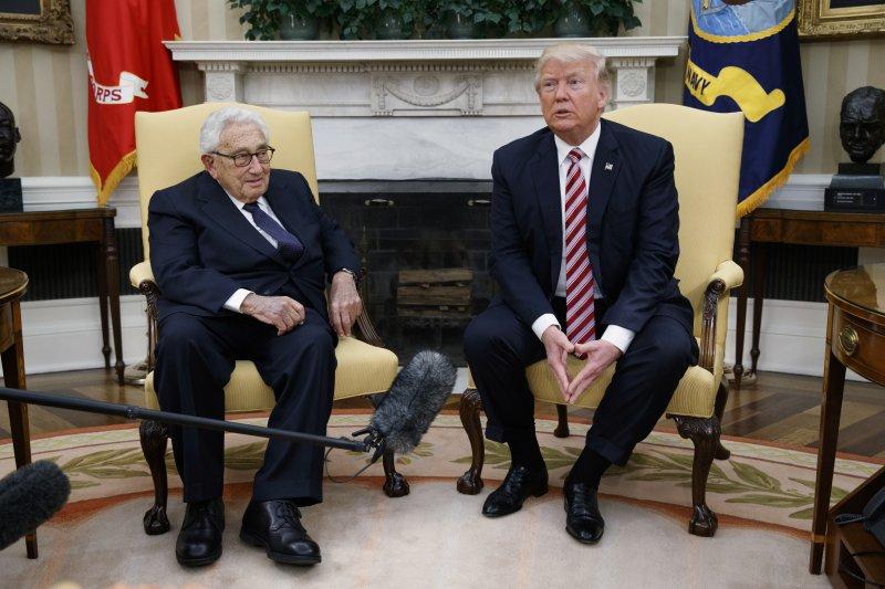 美國總統川普5月10日在白宮會見尼克森總統時期的國家安全顧問與國務卿季辛吉(AP)