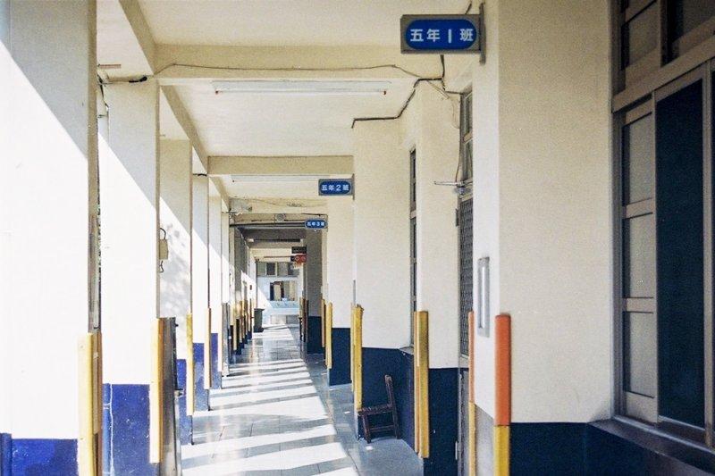 幼稚園與小學生瘋狂地被迫在毫不理解與毫無意識的狀態下,如同被催眠般地背誦著《弟子規》...(圖/郭泰宏@flickr)