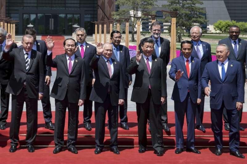 參加一帶一路高峰會議的各國領袖齊聚拍大合照。(美聯社)