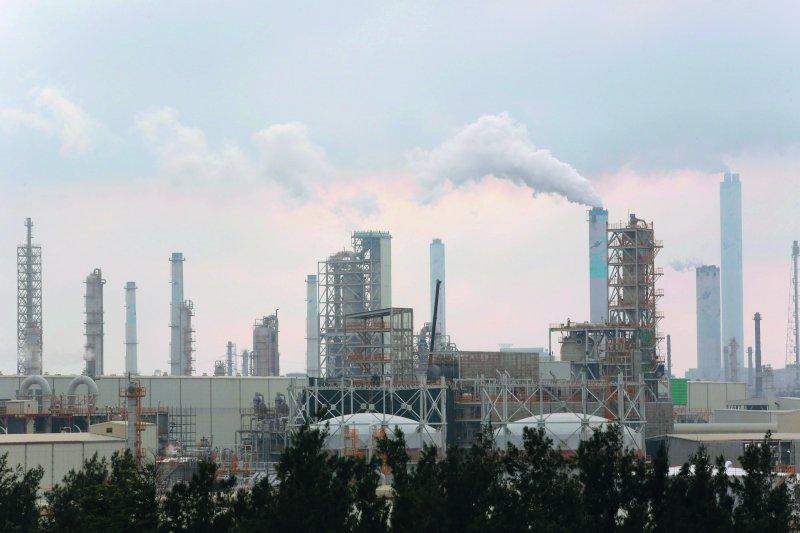 六輕煙囪所排放的白煙,帶被外界跟空氣污染畫上等號。(新新聞資料)