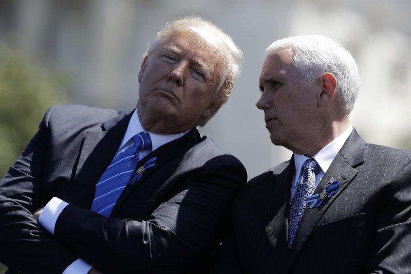 美國總統川普(左)與副總統彭斯(右)(AP)