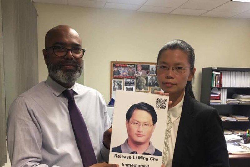 自由亞洲電台副總裁Parameswaran Ponnudurai允諾全力協助救援李明哲。他留下這張李明哲的照片,放在自由亞洲電台,提醒大家持續追蹤李明哲被失蹤的事件。(台權會提供)