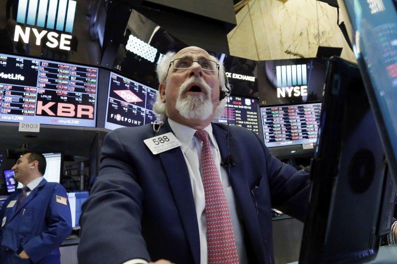 美國總統川普深陷政治危機 美股道瓊、標普500在17日創下8個月最大跌幅(AP)